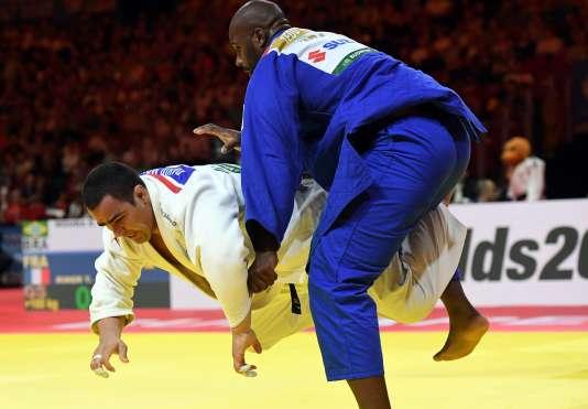 Le judoka français Teddy Riner affronte le Brésilien David Moura et gagne son 9e titre mondial à Budapest, le 1er septembre.
