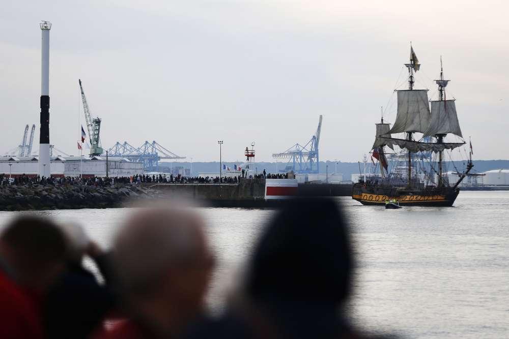 A la mi-septembre, le paquebot britannique « Queen Mary II » partira du Havre vers New York, rappelant l'époque des traversées transatlantiques. Ici, les curieux regardent le « Shtandart » voguant dans le port du Havre, dimanche 3 septembre.