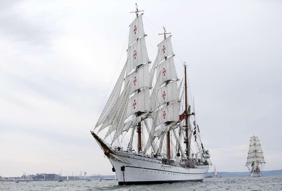 Le grand voilier « Sagres » a également défilé lors des « Grandes voiles du Havre », observé, au loin, par des dizaines de milliers de personnes présentent sur les plages et le port de la ville.