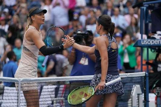 La Lettone Anastasija Sevastova serrant la main de la Russe Maria Sharapova (à gauche) lors de l'US Open, le 3 septembre, à New York.