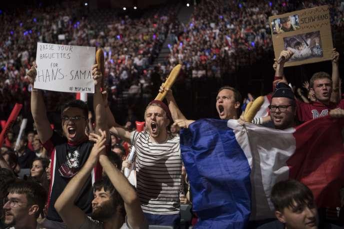 Des supporteurs français pendant la finale des championnats d'Europe de « League of Legends», à l'AccorHotels Arena (Paris) le 3 septembre.