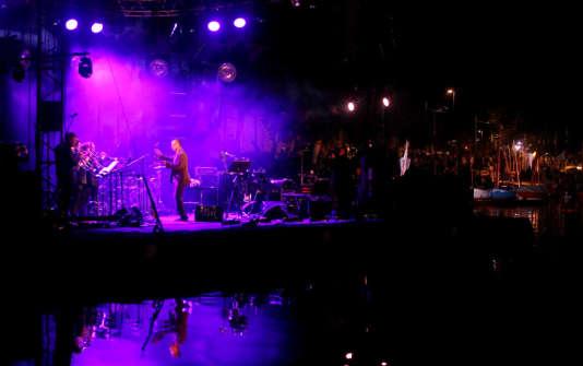 Sur la scène nautique du festival, Médéric Collignon, entouré du quartet Jus de Bocse et de l'Ensemble de trompettes de Paris, dans «Moovies», un hommage aux musiques de films américains.