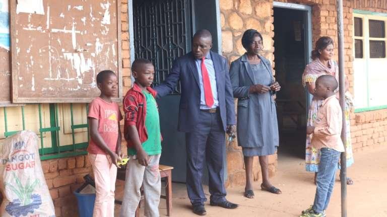 A l'école catholique Saint-Joseph de Mankon, l'inspecteur de l'éducation de base demande aux deux garçons d'aller se changer pour porter leur uniforme scolaire.