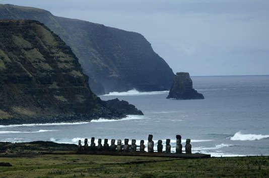 Vue des statues moaï installées sur l'île de Pâques, en octobre 2003.