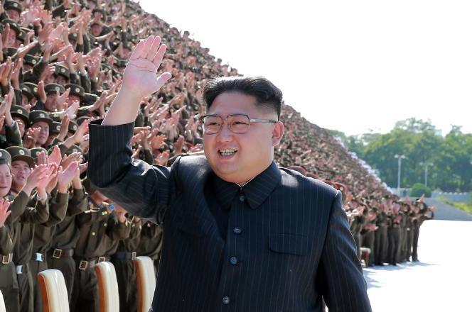 Image de propagande diffusée le 2 septembre par l'agence centrale de presse nord-coréenne, montrant Kim Jong-un et son armée à Pyongyang.