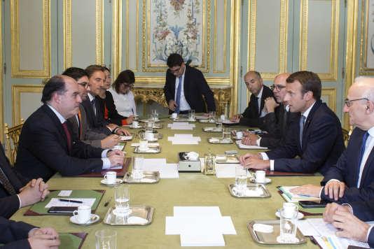 A gauche, les opposants Julio Borges et Freddy Guevara, président et vice-président du Parlement vénézuélien, rencontrent Emmanuel Macron, le 4 septembre à l'Elysée.