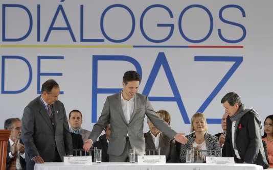 Représentant de l'ELN (à droite) et ministre des affaires étangères colombien (à gauche), lors de l'ouverture des pourparles de paix, à Quito (Equateur), le 7 février.