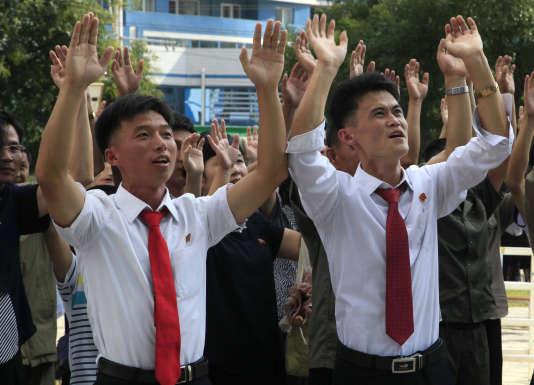 Des Nord-Coréens saluent l'essai nucléaire, à Pyongyang, le 3 septembre.