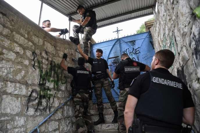 Des gendarmes fouillent une maison abandonnée près de Pont-de-Beauvoisin, dans le cadre de la recherche de Maëlys après sa disparition, le 30 août.