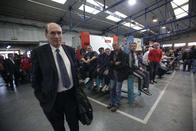 Alain Martineau, à la tête de l'entreprise GMD, rencontre les salariés de GM & S à La Souterraine (Creuse), le 27 juillet.