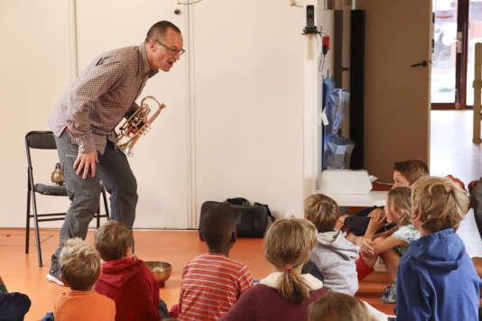 Médéric Collignon animant un atelier à la crèche La Souris verte.