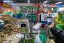 Un client utilise son smartphone pour payer ses courses dans un marché d'Hangzhou, dans la province de Zhejiang (Chine), en décembre 2015.
