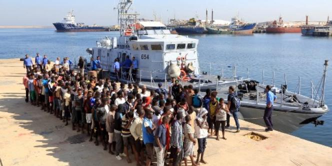 Des migrants secourus par les garde-côtes libyens dans le port de Tripoli, le 29 août 2017.