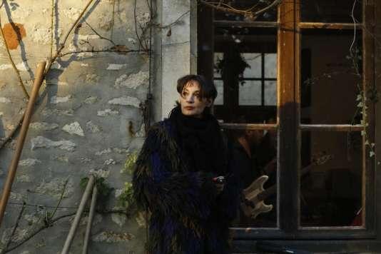 Jeanne Balibar dans le film français de Mathieu Amalric,« Barbara».