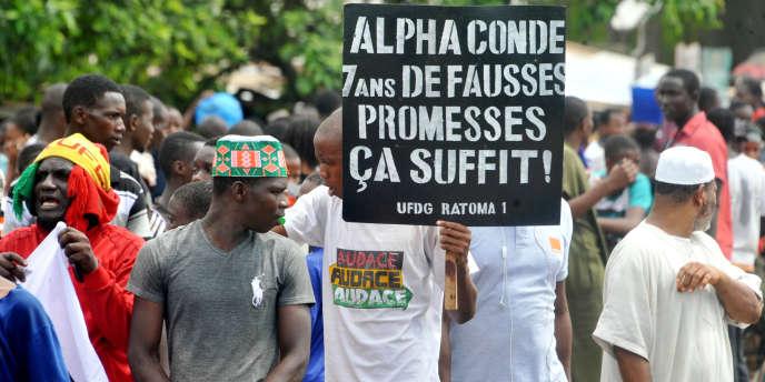 Des militants de l'opposition au président guinéen Alpha Condé manifestent à Conakry le 2 août 2017.