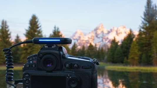 Le boitier Arsenal analyse l'image pour repérer ses éléments distinctifs : lac, montagne, arbres, etc.