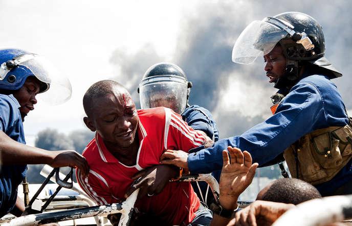 Un homme est emmené par la police lors d'une manifestation contre le président Pierre Nkurunziza, à Bujumbura (Burundi), en mai 2015.