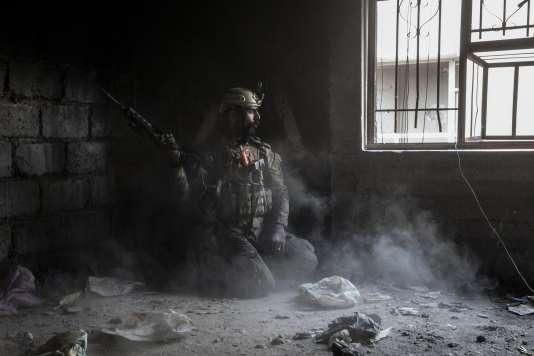 Naji, un soldat irakien, dans le souk de Mossoul (Irak), le 19 mars 2017.