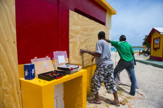 sur l'île de Saint-Martin, des habitants se préparent à l'arrivée de l'ouragan Irma, le 5 septembre.