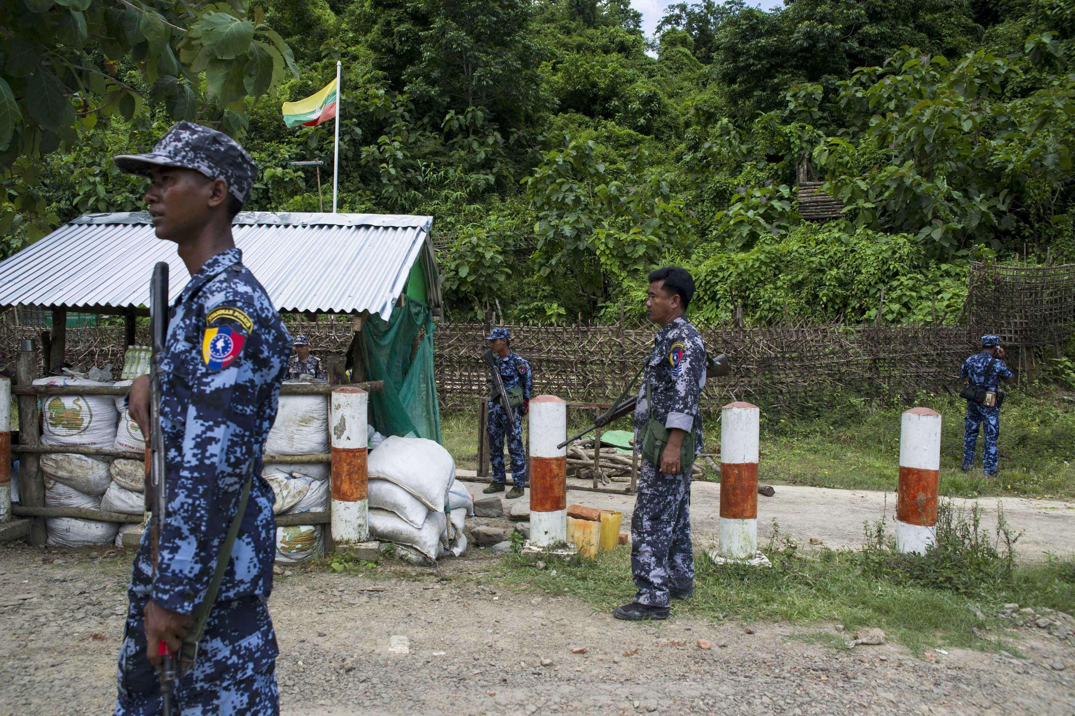 Des policiers birmans à un poste de contrôle près de Maungdaw, dans l'Etat d'Arakan, en Birmanie, le 28 août.