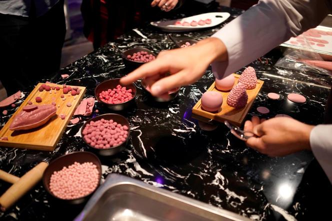 Lors de la présentation du chocolat « ruby» par l'industriel suisse Barry Callebaut, mardi 5 septembre, à Shanghaï.