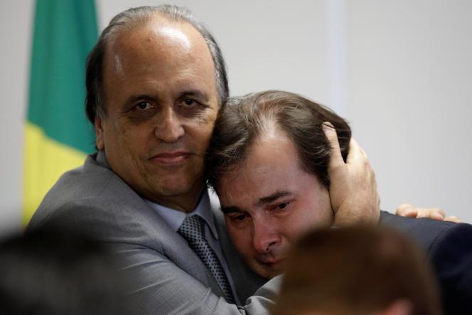 Le gouverneur de Rio de Janeiro, Luiz Fernando Pezao, et le président de la chambre des députés du Brésil, Rodrigo Maia, lors de signature duplan de sauvetage de l'Etat de Rio de Janeiro, le 5 septembre, à Brasilia.