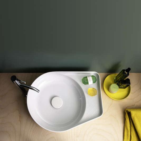 La vasque en céramique Val, rectangulaire ou ronde avec une plage pour le savon, comme ici, est signée Konstantin Grcic pour Laufen.