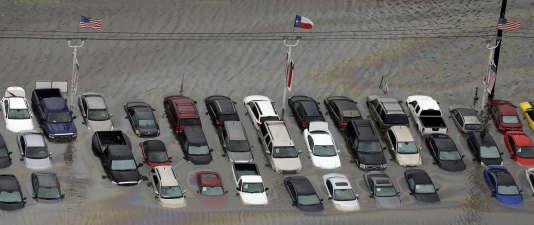 Un parking inondé après le passage de Harvey sur la région de Houston, le 29 août 2017.