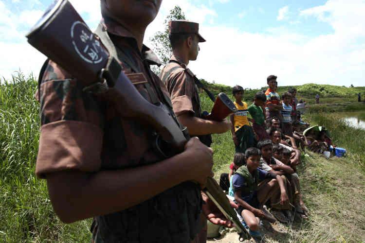 Des gardes-frontières bangladais empêchent le passage des Rohingya, les confinant dans un no man's land à la frontière, dans la région de Cox's Bazar, le 27 août.