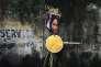 Une image d'Aung San Suu Kyi et un médaillon du prix Nobel sont abandonnés après une manifestation, à Calcutta (Inde) le 4 septembre.