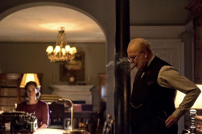 Gary Oldman (Winston Churchill) et Lily James (Elizabeth Layton, sa secrétaire) dans «Darkest Hour», de Joe Wright.