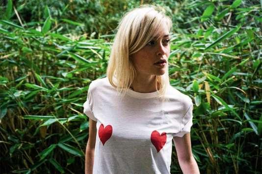 Les tee-shirts blancs à motifs cœurs d'Elise Chalmain font un carton.