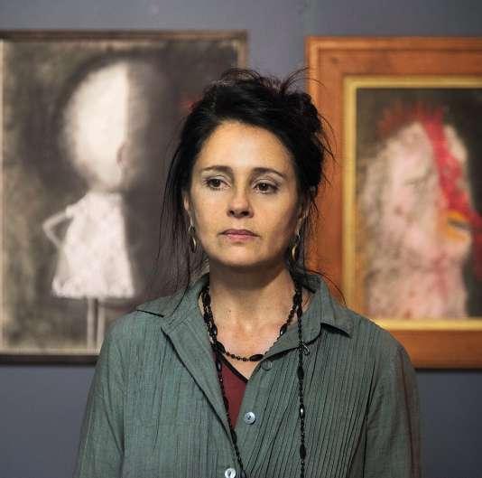 Anouk Grinberg, qui pose ici devant ses toiles, pratique la peinture intensément,quitte à renoncerà certains rôles au cinéma ou au théâtre.