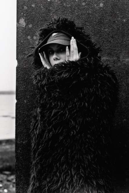 Manteau-cape à capuche en laine, Christian Dior. Casquette personnelle.