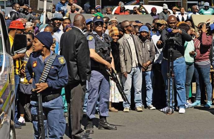Letribunald'Estcourt (Afrique du Sud), sous haute surveillance lorsdeladeuxièmecomparution des présumés cannibales, le28août.