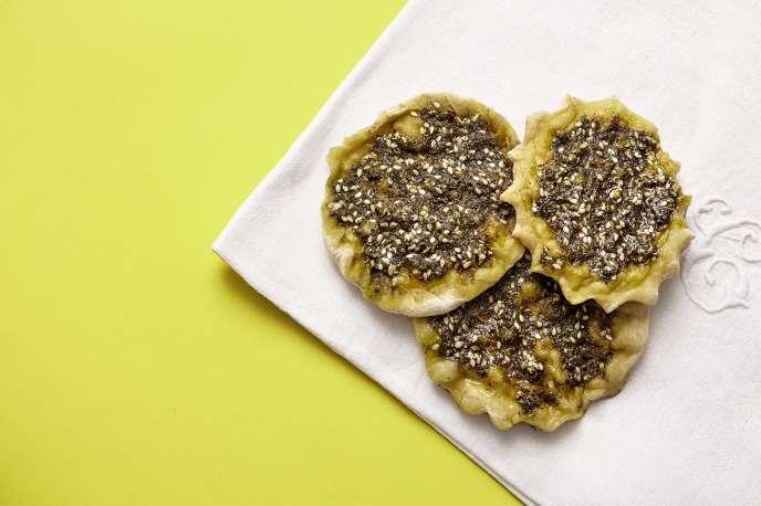 Les man'ouchés sont les pains traditionnels du Liban, agrémentés d'huile d'olive et de zaatar.