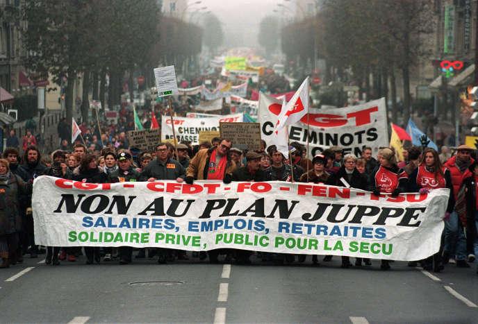 Des dizaines de milliers de manifestants défilaient, le 10 décembre 1995 à Caen, à l'appel de plusieurs organisations syndicales, pour le retrait du plan Juppé de réforme du système de prévoyance sociale.