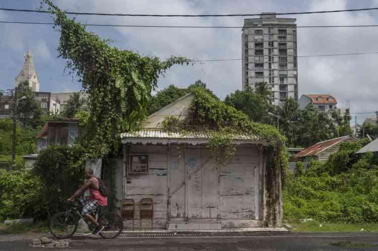 En Guadeloupe, le 5 septembre. Selon les correspondants de l'AFP à Saint-Martin et à Saint-Barthélemy, confinés chez eux, des rafales secouent les deux îles depuis deux heures du matin, accompagnées de pluies diluviennes et d'éclairs. Des arbres ont été arrachés.