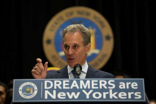 Eric Schneiderman a annoncé avoir déposé cette plainte devant le tribunal fédéral de Brooklyn au nom de Washington, la capitale, et de 15Etats.
