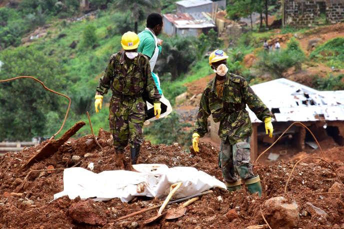 Après les inondations et les écoulements de boue qui ont coûté la vie à au moins 500 personnes à Freetown et dans les environs, le 14 août 2017.