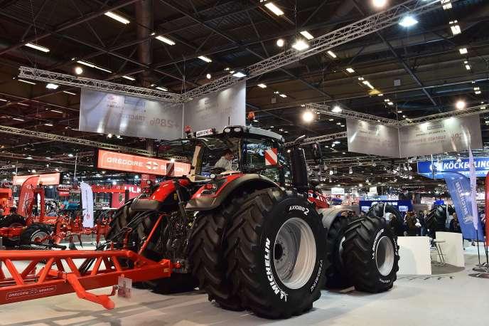 Sur le stand de Massey Ferguson lors du SIMA, le Salon international du machinisme agricole, à Paris, le 26 février.