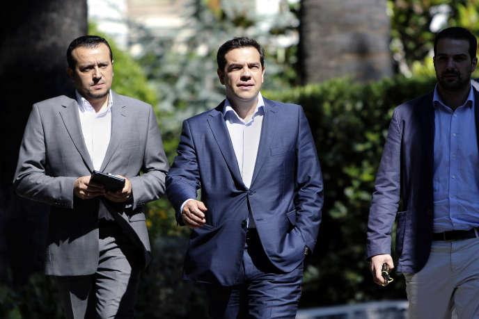 Le premier ministre grec Alexis Tsipras (à droite) et Nikos Pappas, ministre d'Etat de la politique digitale, à Athènes (Grèce) en juillet 2015.