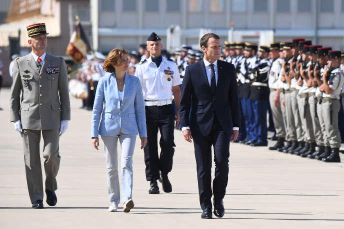 Le chef d'état-major des armées François Lecointre, la ministre des armées, Florence Parly, et le président Emmanuel Macron, à Istres, le 20 juillet.