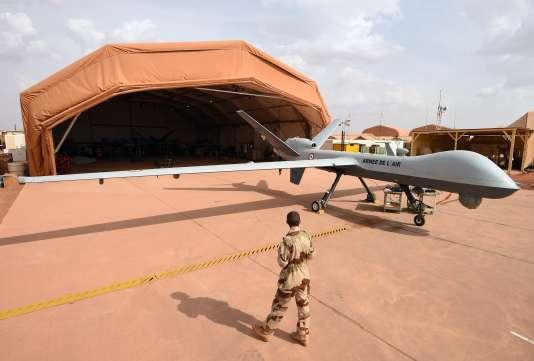 Un soldat français de l'opération Barkhane à côté d'un drone Reaper, sur la base aérienne française à Niamey (Niger), en mars 2016.
