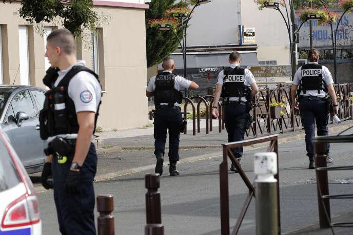 Des officiers de police à Villejuif au sud de Paris, le 6 septembre.