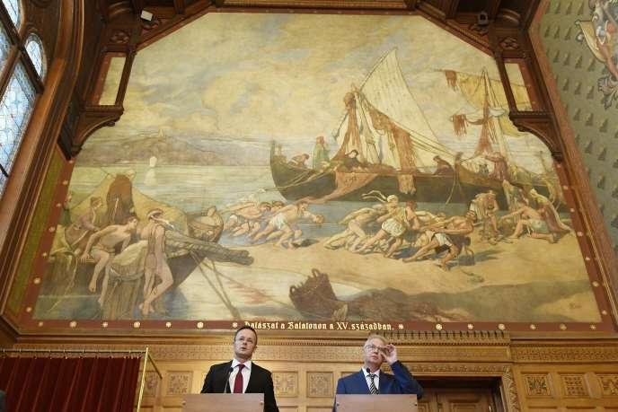 Le ministre hongrois des affaires étrangères,Peter Szijjarto, et le ministre hongrois de la justice,Laszlo Trocsanyi, le 6 septembre à Budapest.