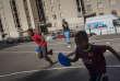 L'équipe de l'« Urban sport truck » propose des animations le soir dans la cité des Rosiers, à Marseille, le 10 août.