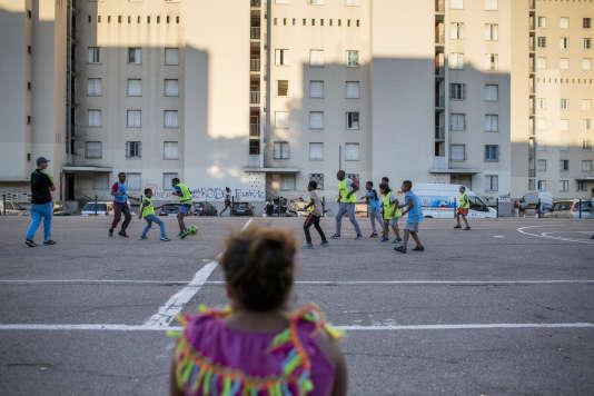 L'équipe de l'« Urban sport truck » anime une rencontre sportive dans la cité des Rosiers, à Marseille, le 10 août.
