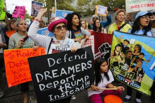 Des activistes protestent contrela décision prise par Donald Trump, mardi 5septembre, de suspendre le programme de protection destiné aux jeunes sans papiers, à Newark, New Jersey, le 6 septembre.