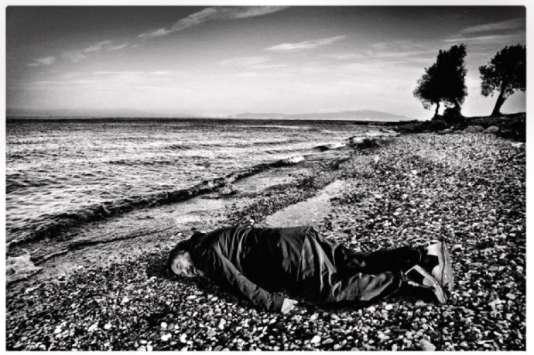 L'artiste s'est photographié dans la position du petit Aylan, retrouvé noyé sur une plage turque en 2015.